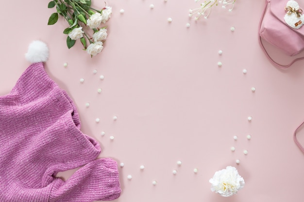Baby shower kwiat tło z akcesoriami dla dziewczynki na różowym tle z miejscem na tekst, widok z góry, płaskie lay