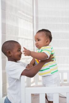 Babyboy bawić się z jego bratem w jego łóżku