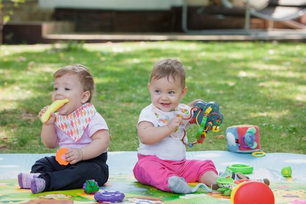 Babys, mniej niż rok, bawi się zabawkami