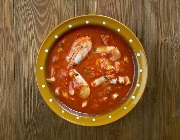 Bacalao al ajo arriero. hiszpańska przekąska z dorszem i warzywami