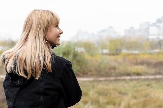 Bach widok pięknej blondynki kobiety