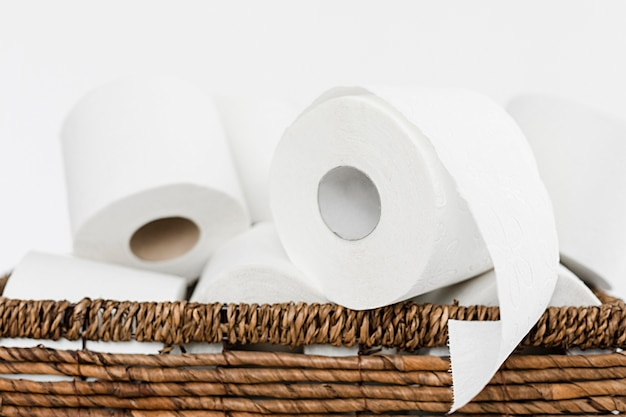 Backet z bliska z rolkami papieru toaletowego