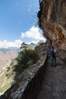 Backpacker bada szlak inków w machu picchu, peru