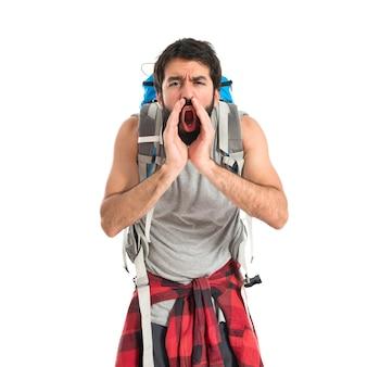Backpacker krzycząc na białym tle