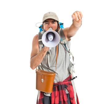 Backpacker krzyczy przez megafon na białym tle