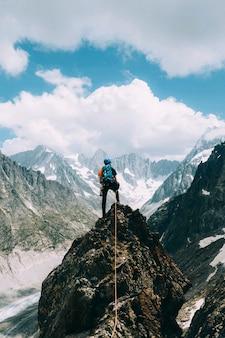Backpacker na szczycie chamonix alps we francji