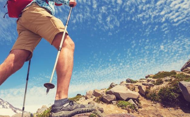 Backpacker na wycieczce w jesienne góry