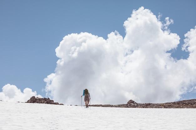 Backpacker na wycieczce w letnie góry