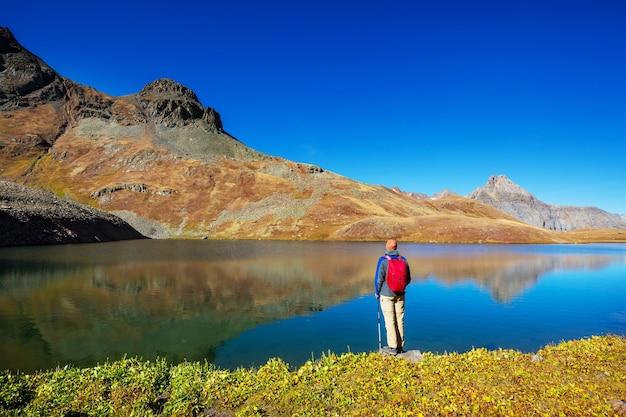 Backpacker w wędrówce po jesiennych górach