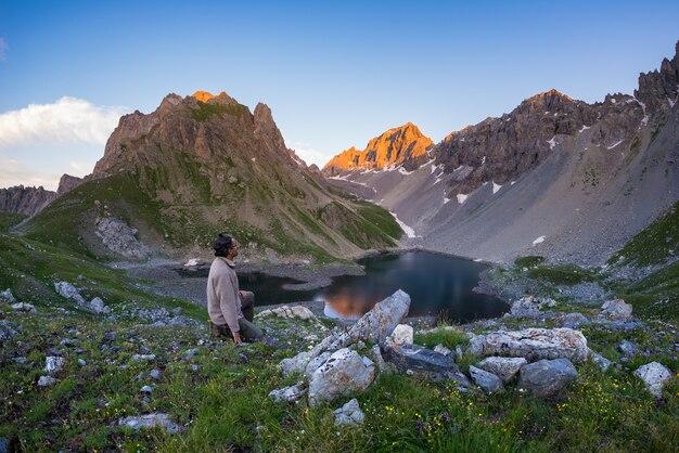 Backpacker wędruje ścieżką i patrzy na rozległy widok z góry