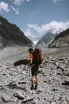 Backpacker wspinający się po alpach chamonix we francji
