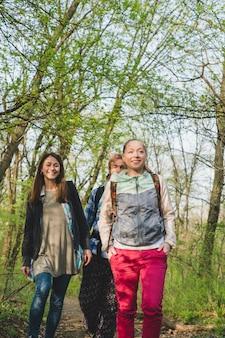 Backpacker znajomych wędrówki w lesie
