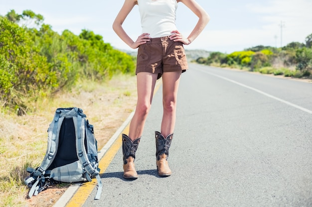 Backpacking kobieta na poboczu pozować