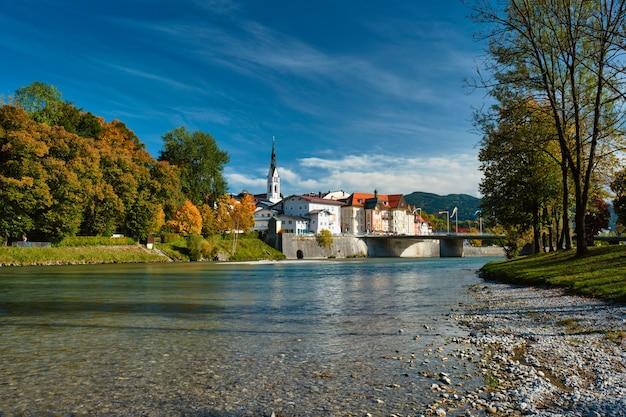 Bad tolz malowniczy kurort w bawarii w niemczech jesienią i rzeka izara