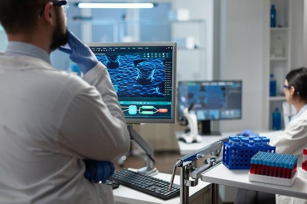 Badacz biolog analizujący wiedzę na temat wirusów, pracujący w leczeniu profilaktyki chorób