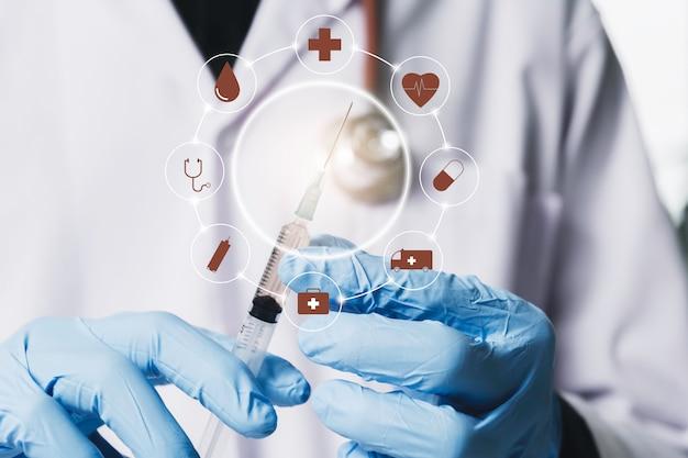 Badacz ze szklanymi laboratoryjnymi probówkami chemicznymi z płynem do celów analitycznych, medycznych