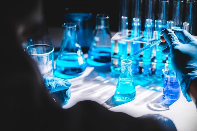 Badacze opieki zdrowotnej pracujący w medycynie, badania technologii w laboratorium, laboratorium badawczym lub laboratorium naukowym, badacze opieki zdrowotnej pracujący w laboratorium nauk przyrodniczych
