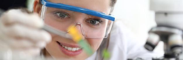 Badaczka w okularach prowadzi badania gleby