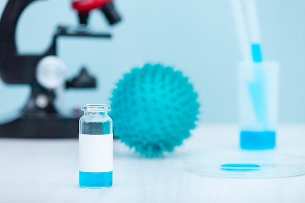 Badaj szczepionkę koronawirusową, analizując koncepcję covid-19. mikroskop, probówka w laboratorium