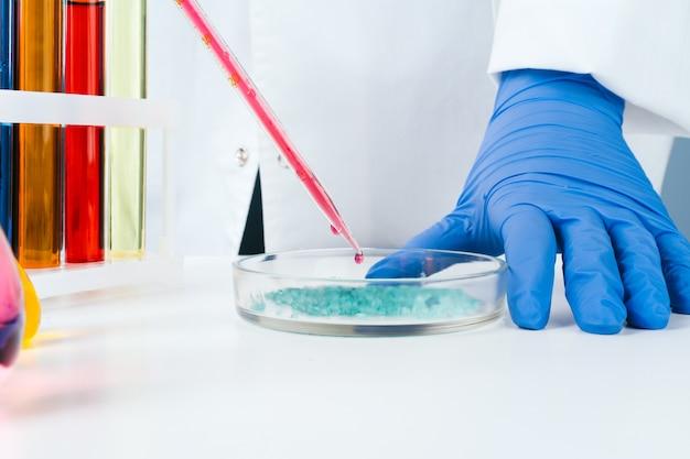 Badania chemiczne na płytkach petriego przeprowadzone przez naukowca z bliska