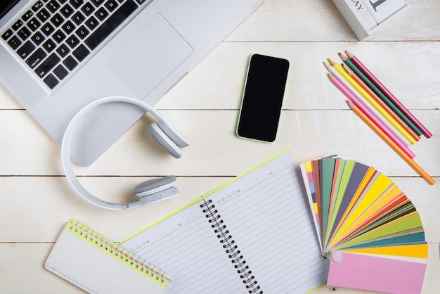 Badania laptopów komputerowych pracujące nad koncepcją biurka