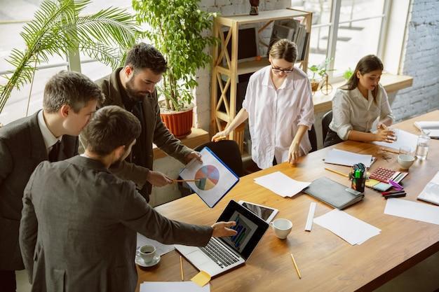 Badanie konkurencji grupa młodych profesjonalistów biznesowych na spotkaniu