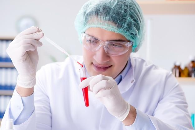 Badanie krwi w laboratorium z młodym naukowcem