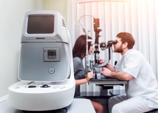 Badanie lampy szczelinowej. biomikroskopia przedniego odcinka oka. podstawowe badanie wzroku.