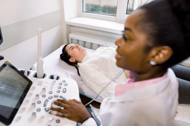 Badanie lekarskie młodego pacjenta rasy białej za pomocą sprzętu ultradźwiękowego