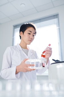 Badanie próbki krwi w laboratorium