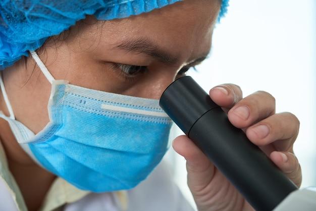 Badanie próbki za pomocą mikroskopu