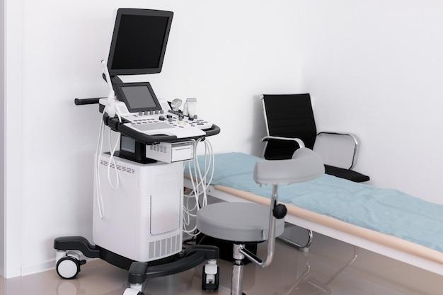 Badanie usg dłoni lekarza maszyny ultradźwiękowej