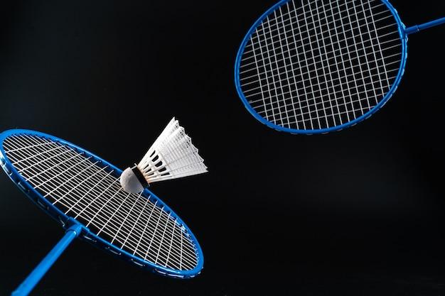 Badminton sporta wyposażenie na ciemnego czerni tła zakończeniu up