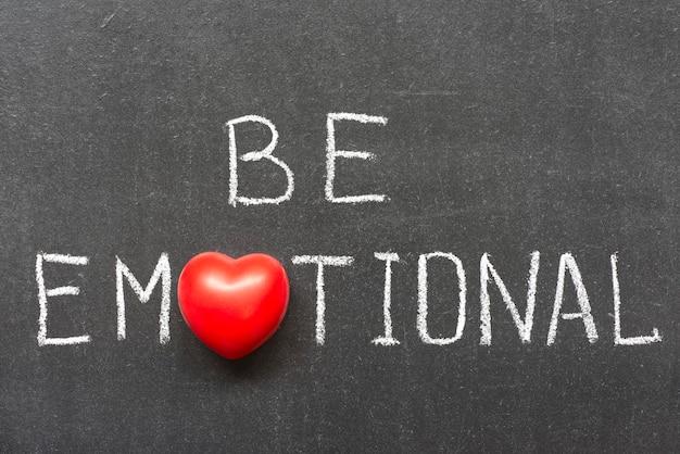 Bądź emocjonalną frazą odręcznie napisaną na tablicy z symbolem serca zamiast o