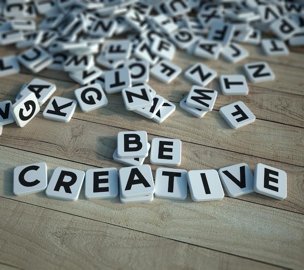 Bądź kreatywny, napisany w kafelkach z literami na drewnianym tle