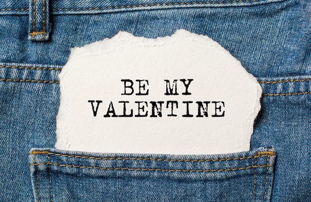 Bądź moją walentynką na tle rozdartego papieru na dżinsach miłość i koncepcja valentine