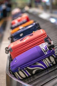 Bagaż na przenośniku taśmowym na lotnisku