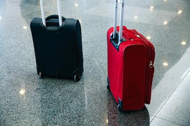 Bagaż pasażerski bagaż lotnisko torba niebiesko czerwony blak czekać