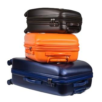 Bagaż składający się z trzech walizek z poliwęglanu na białym tle