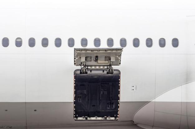 Bagażnik i sekcja ładunkowa w samolocie otwarte podczas inspekcji.