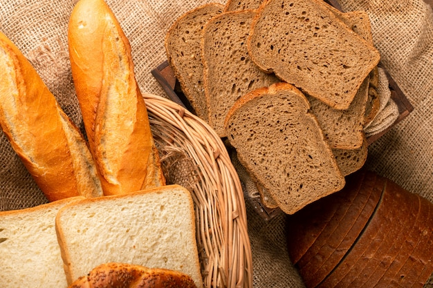 Bagietka z kromkami brązowego i białego chleba w koszu