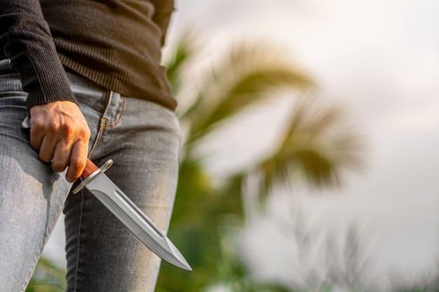 Bagnet vintage nóż bojowy w ręce kobiety. - pojęcie przemocy i przestępczości.