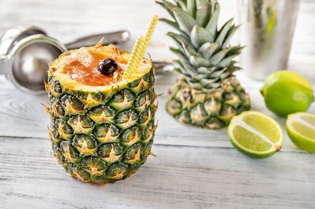 Bahama mama koktajl podawany w wydrążonym świeżym ananasie