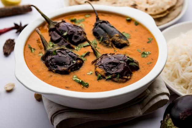 Baingan lub baigan masala lub curry z bakłażana lub brinjal podawane z chapati i ryżem, selektywne skupienie