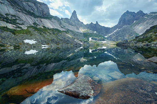 Bajeczne góry i jeziora, podróże i wędrówki, bujna zieleń i kwiaty dookoła. rozmrożona woda źródlana z gór. magiczne widoki wysokich gór, alpejskich łąk