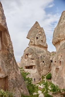 Bajeczne krajobrazy gór kapadocji w turcji