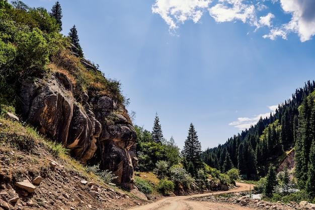 Bajeczny widok na szczyty górskie
