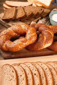 Bajgiel i kromki ciemnego chleba na płycie kuchennej