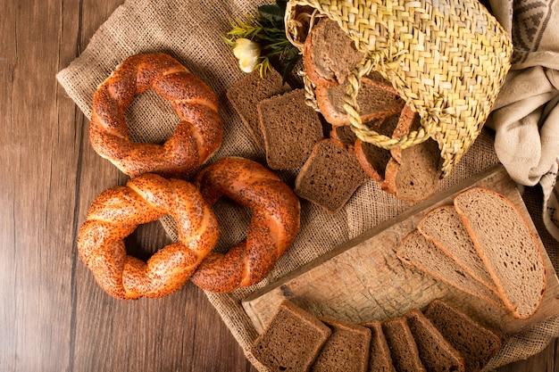 Bajgiel i kromki ciemnego chleba w koszyku