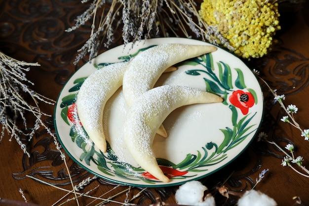 Bajgle orzechy włoskie ciasto cukier puder widok z boku